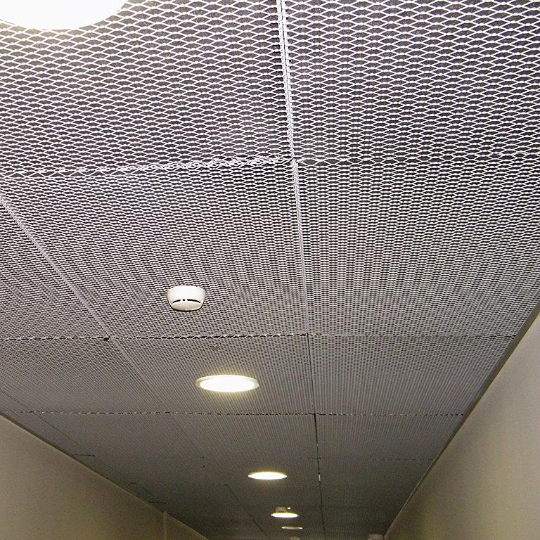 faux-plafond suspendu perforé en métal déployé