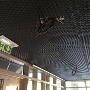 plafond métallique bordeaux