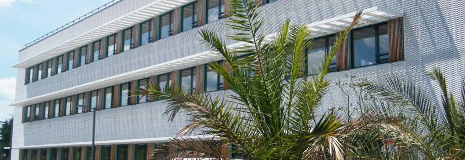façade métal déployé, brise soleil aluminium, brise vue déployé, aluminium laqué blanc, metal ajouré, tole perforee, metal deploye alu blanc